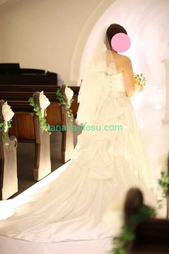 ウェディングドレスの花嫁と教会