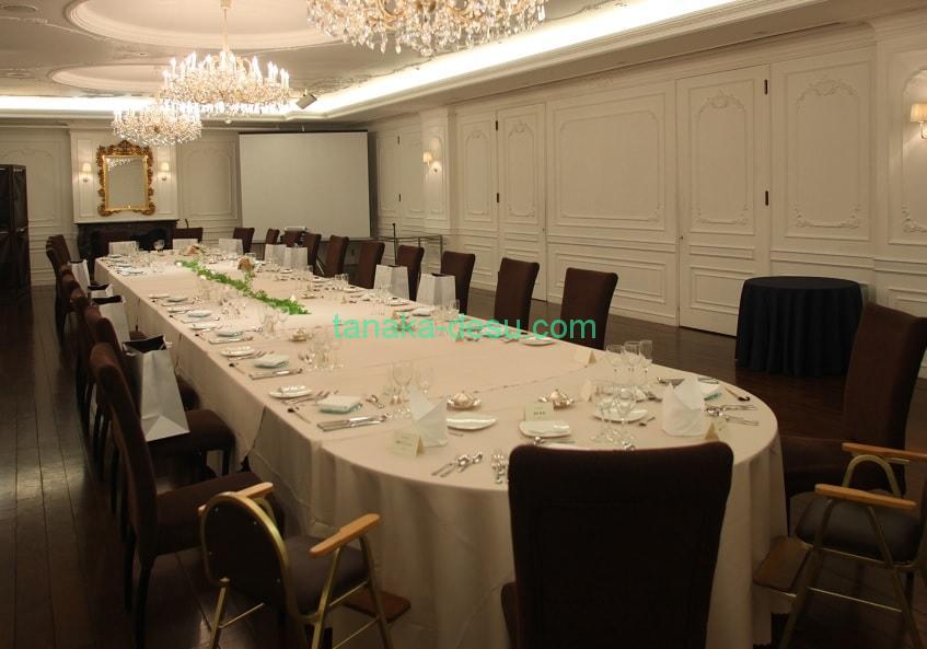 家族親族のみ少人数結婚式で長テーブルを利用する際の席次例