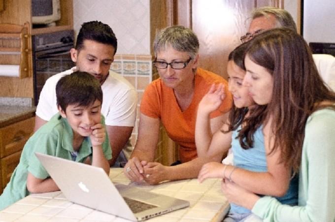 家族とパソコン