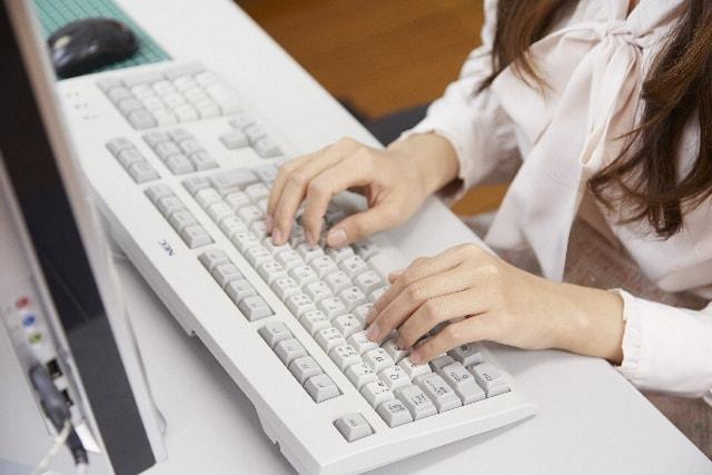 パソコンで仕事をしている女性