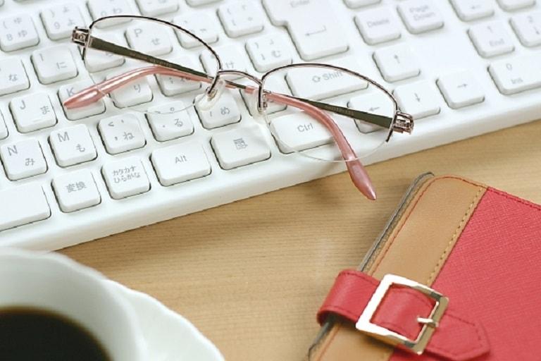 パソコンと眼鏡とコーヒー