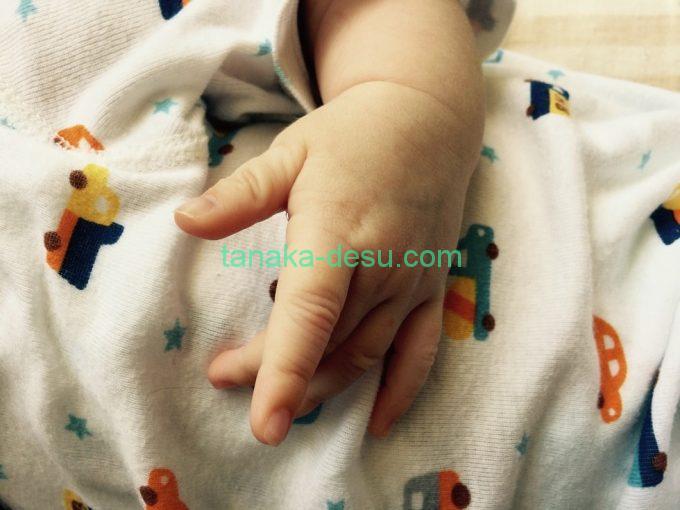 赤ちゃんのリラックスした手