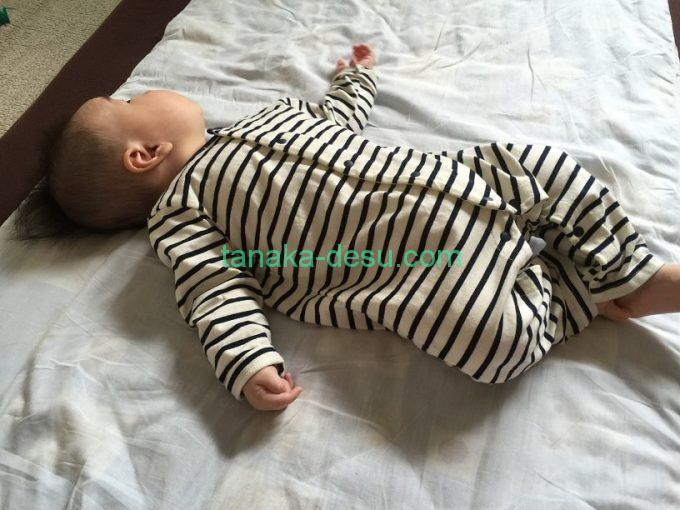ボーダーカバーオールを着ている赤ちゃん