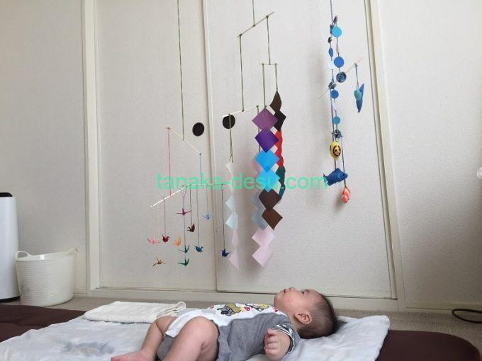 手作りモービルを見る赤ちゃん