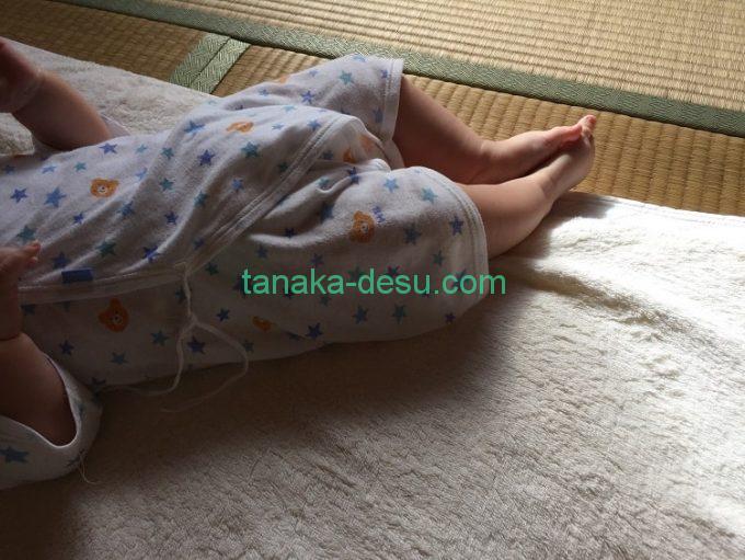 ベビー布団から足がはみ出した赤ちゃん