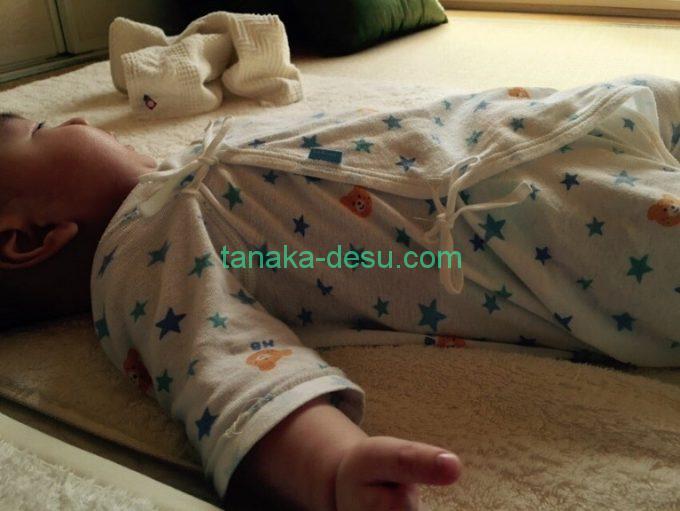 肌着を着ている赤ちゃん