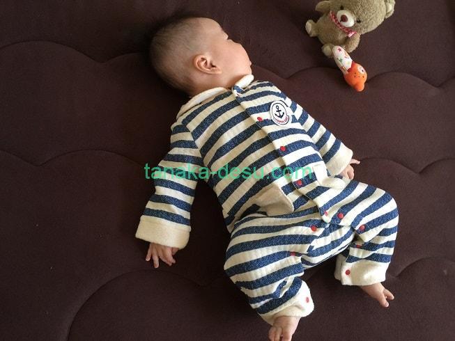 ボーダーのカバーオールを着ている赤ちゃん