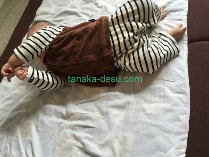 ベストを着た赤ちゃん