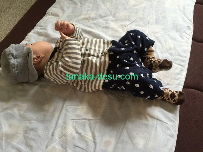 おうち柄のカバーオールを着た赤ちゃん