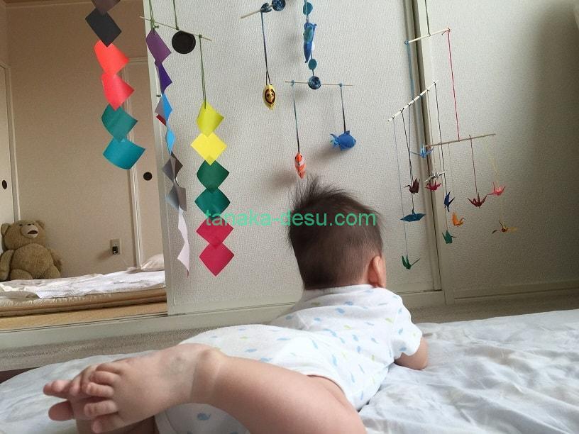 家で過ごす赤ちゃん