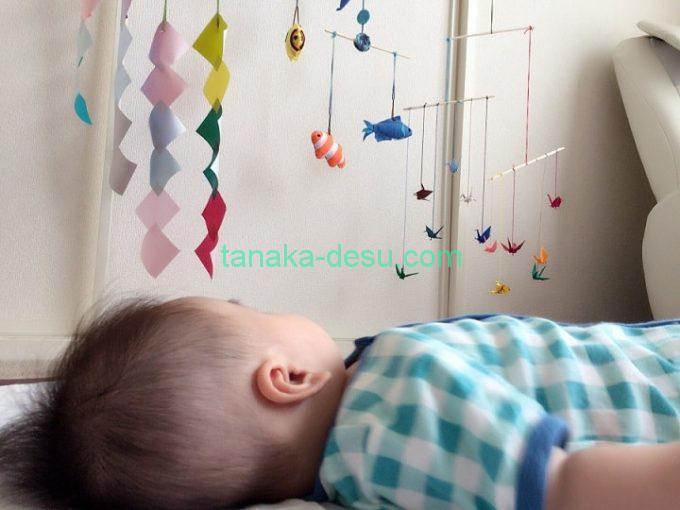 モビールを見る生後4ヵ月の赤ちゃん