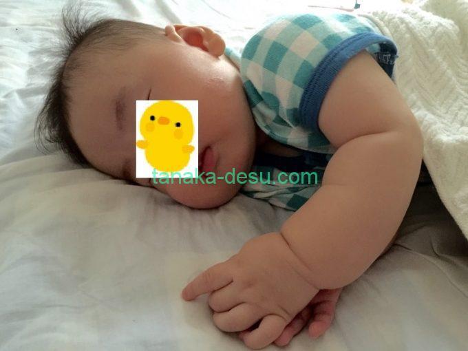 横向きで寝ている生後4ヵ月の赤ちゃん