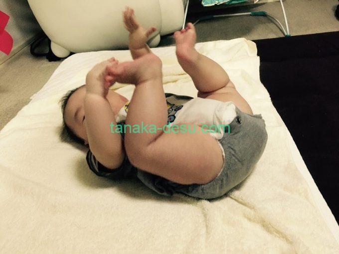 足を持つ生後4ヵ月の赤ちゃん