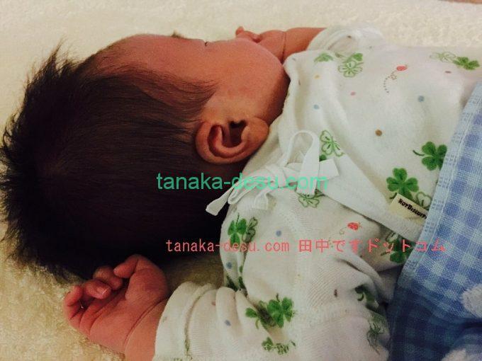 ばんざいして眠っている赤ちゃん