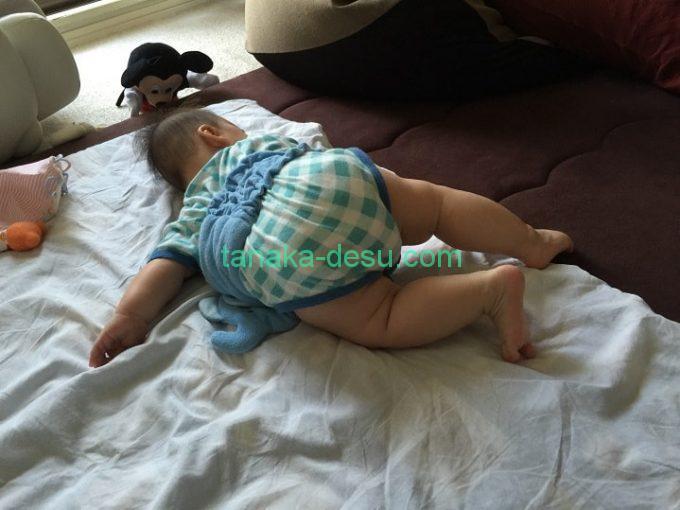 お尻を持ち上げる生後5ヵ月の赤ちゃん