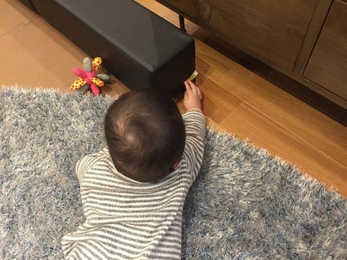 ブロックのタグを触る赤ちゃん