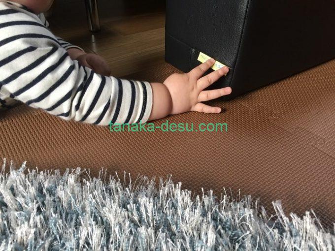 タグを触る赤ちゃんの手