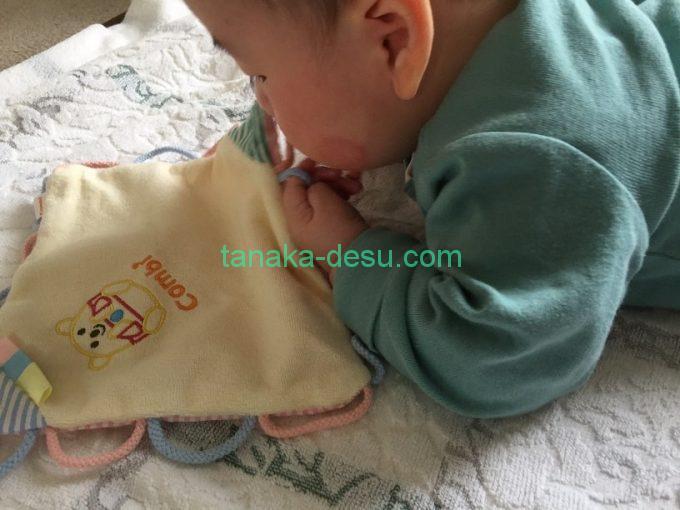ひも大好きを触っている赤ちゃん