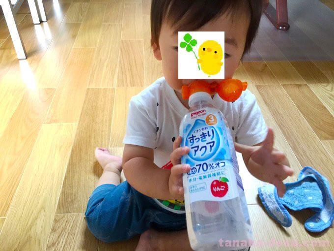 ペットボトルをストローで飲む赤ちゃん