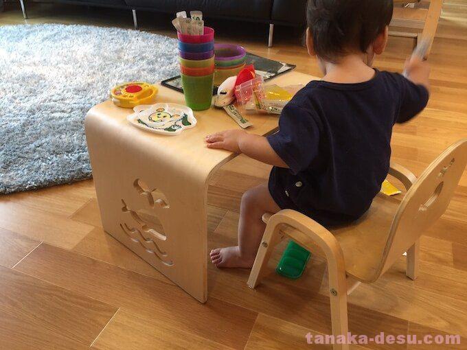 テーブルで遊ぶ1歳の男の子