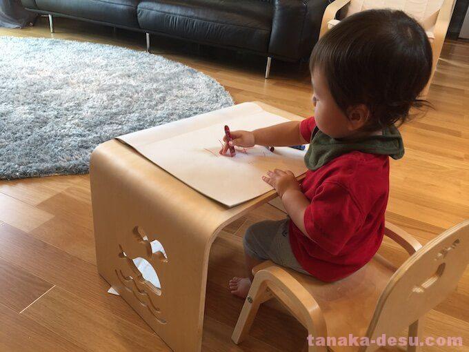 お絵描きする1歳児