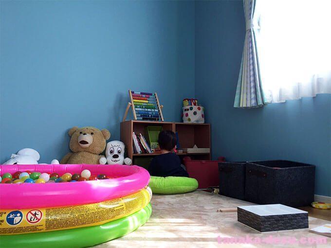 部屋で遊ぶ1歳児
