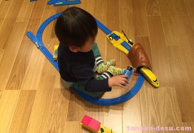 プラレールで電車を走らせる1歳児