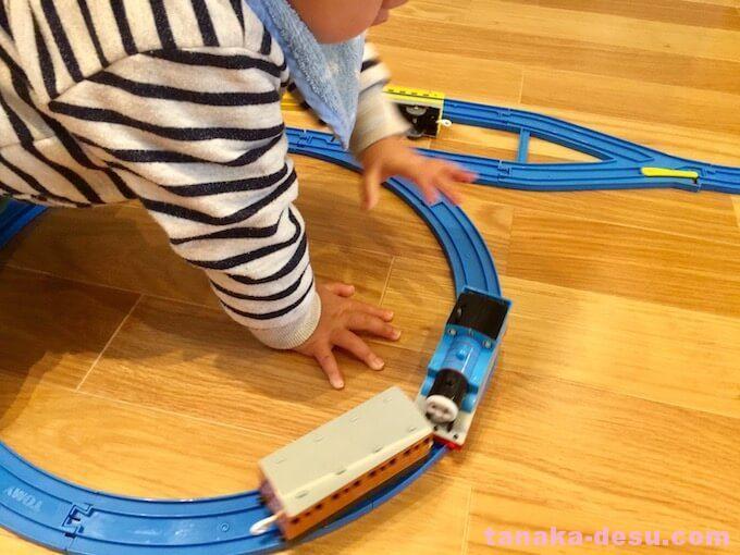 脱線したプラレールの電車を直す1歳半