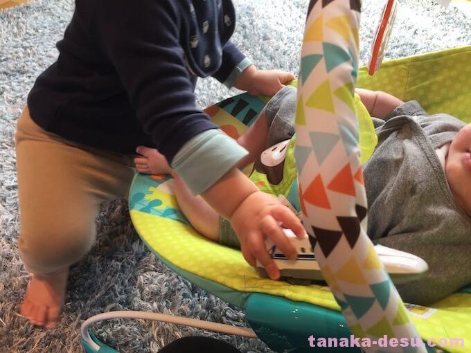 4ヶ月の妹の前で電車で遊ぶ1歳の兄