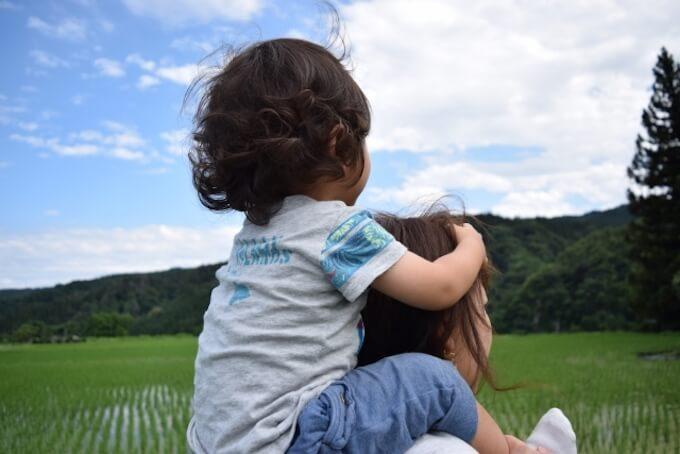 田舎で肩車されている子ども