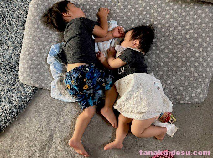 子どもが寄り添って眠っている姿