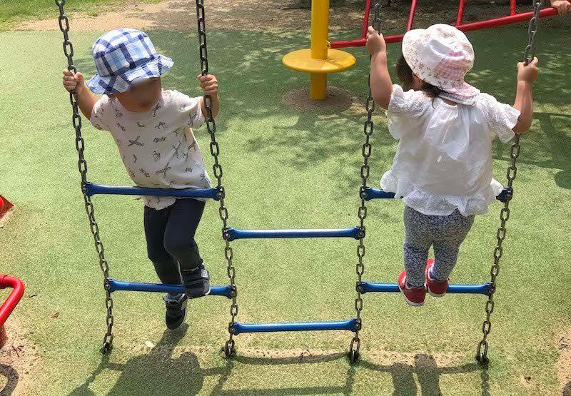 遊具で遊ぶ年子の兄妹