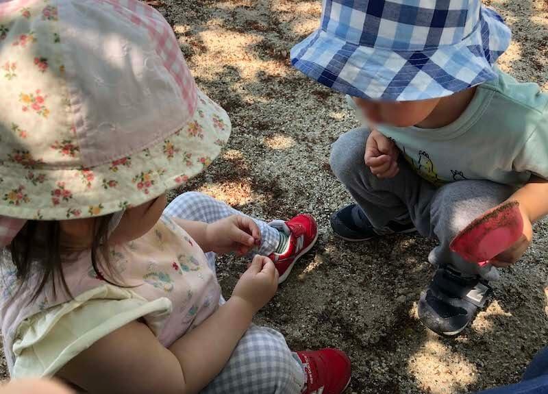 公園のさくらんぼを見つける年子の兄妹