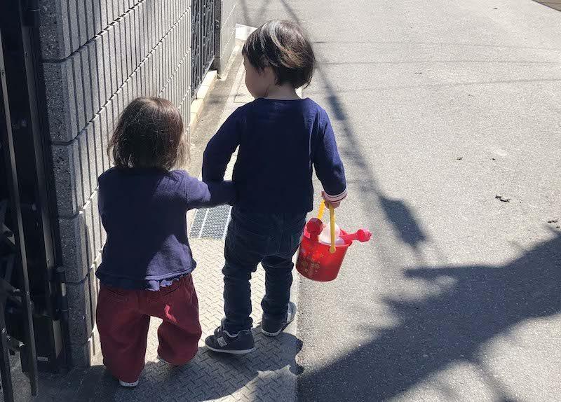 手を繋ぐ年子の兄妹