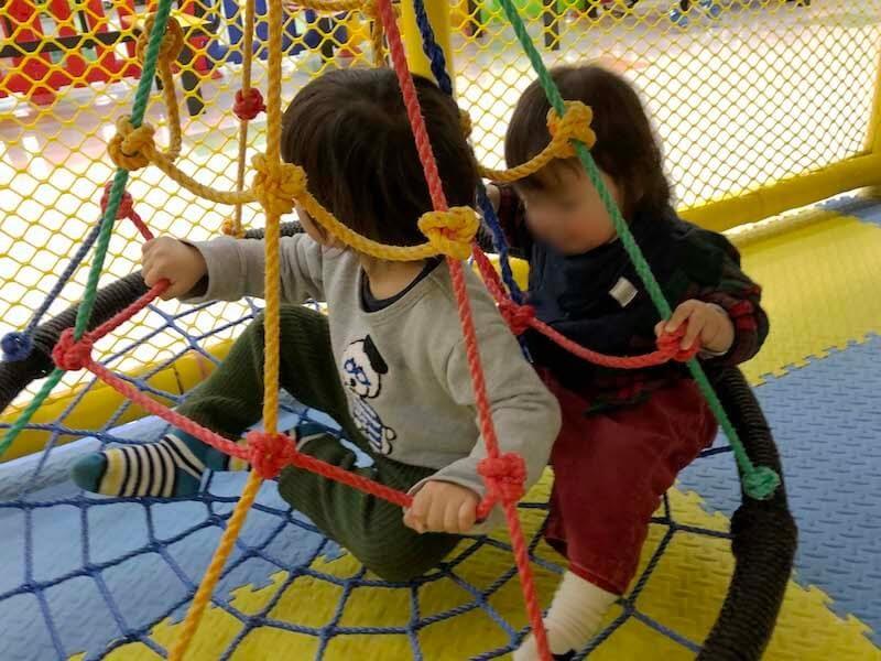 ブランコで遊ぶ年子の3歳児と1歳児